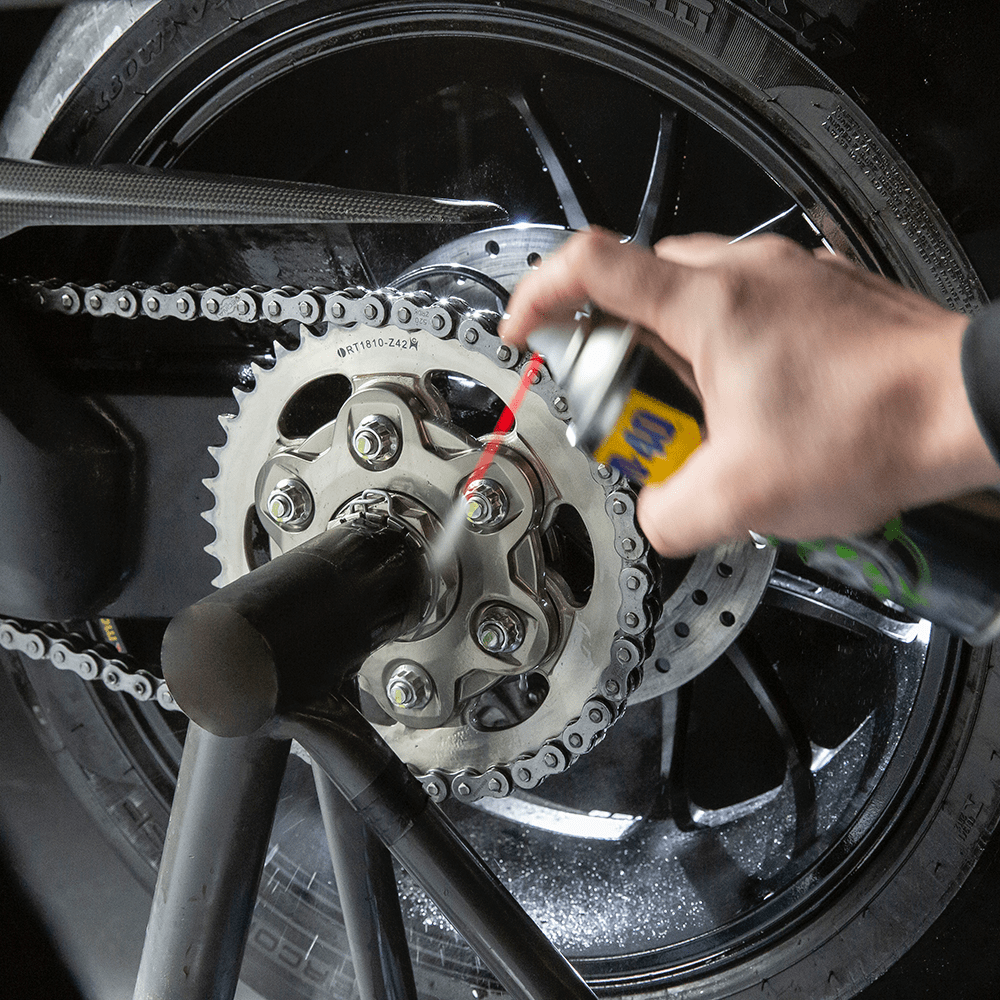 WD40_MOTORBIKE_Chain_Cleaner_250ml_Usage_2-1.png