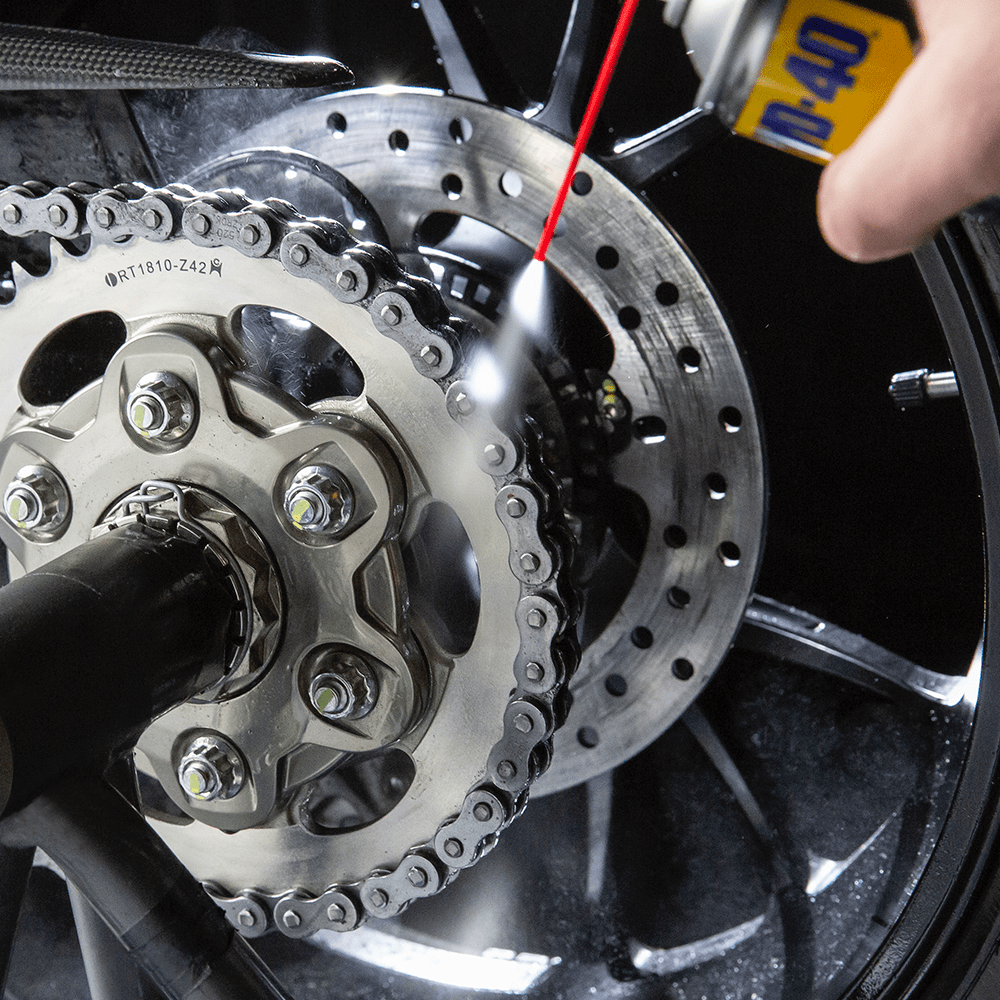 WD40_MOTORBIKE_Chain_Cleaner_250ml_Usage_1-1.png