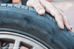 Hogyan tisztítsuk meg az autógumikat?